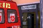 Krankenwagen vor dem Eingang für Liegendtransporte