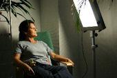 Schwester Gabi D.demonstriert die Handhanbung der Lichttherapie