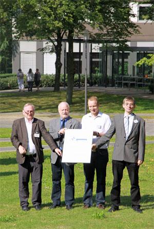 Bastian Hornemann übergibt das neue KTQ-Zertifikat an die Mietglieder der Betriebsleitung