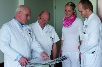 Foto zeigt Geprächssituation mit Dr. Bethke und Dr. Mandrysch