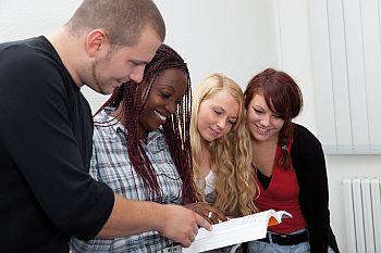 Foto zeigt Schülerinnen bei einer Besprechung