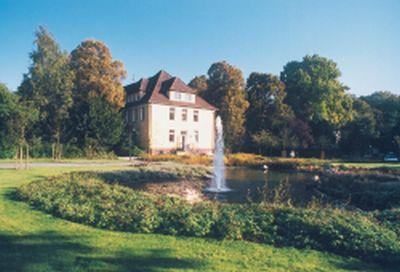 Foto der Klinik Münster, hier, Parkgelände und Springbrunnen