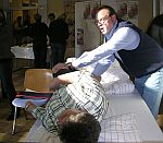 Foto zeigt Krankenpfleger beim richtigen Heben eines Patienten