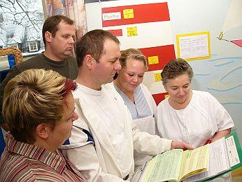 Foto zeigt Mitarbeiterinnen und Mitarbeiter im Pflegezentrum