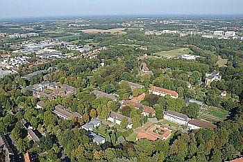 Foto zeigt Luftbildaufnahme des Klinikgeländes