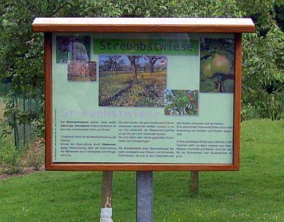 Foto zeigt das Schild zur Streuobstwiese