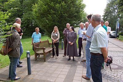 Foto zeigt Personengruppe vor der Streuobstwiese