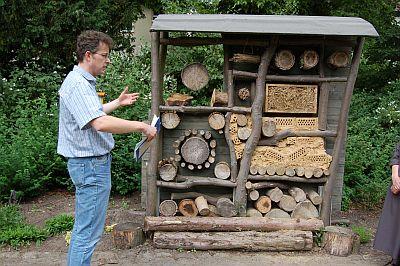 Foto zeigt Herrn Gillmann, Umweltschutzbeauftragter, beim Stand der Wildbienen