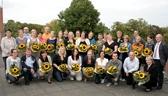 Alle 21 Prüflinge der LWL-Akademie für Gesundheits- und Pflegeberufe haben das Examen in der Tasche: Es gratulierten Ausbilder, Prüfer sowie Vertreter der LWL-Kliniken Lippstadt und Warstein. Foto: LWL