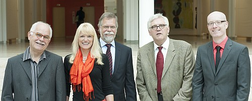 Prof. Dr. Jürgen Macha (Vorsitzender der KoMuNa), LWL-Kulturdezernentin Dr. Barbara Rüschoff-Thale, Dr. Reinhard Goltz (Geschäftsführer des INS), Hans-Peter Boer (Kulturdezernent der Bezirksregierung Münster), Dr. Markus Denkler (Geschäftsführer der KoMuNa). Foto: LWL/Frerichmann