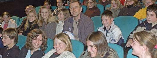 Das Bild zeigt Besucher des Schulkinoprojekts 'Im Kino NRW erleben', gemeinsam mit dem Schauspieler Peter Lohmeyer. Foto: LWL