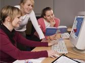 Das Bild zeigt Mitarbeiterinnen vor dem Computer. Foto: LWL