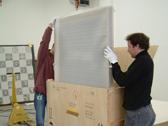 Das Bild zeigt zwei Mitarbeiter des LWL beim Einpacken eines Gemäldes. Foto: LWL