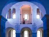 Das Bild zeigt einen farbig beleuchteten Kircheninnenraum. Foto: Jutta Brüdern und Kulturkreis Höxter-Corvey gGmbH
