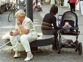 Das Bild zeigt Passanten in einer Fußgängerzone. Foto: Volkskundliche Kommission für Westfalen