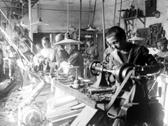 Das Foto zeigt Arbeitende in einer Behindertenwerkstatt in Bigge, um 1925. Foto: LWL
