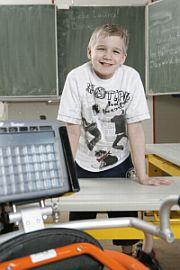 Timo mit 'Talker' im Unterricht