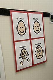 Kommunikationstafeln mit unterschiedlicher Gesichtsmimik