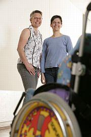 Timos Klassenlehrerin Ina Steinhaus mit Ergotherapeutin Sabine Zimmer