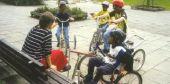 Foto: Körperbehinderte Kinder auf dem Schulhof
