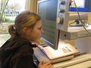 Foto: Sehbehinderte Schülerin arbeitet an einem Bildschirmesegerät