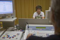 Schüler während einer audiometrischen Untersuchung in einer Beratungsstelle