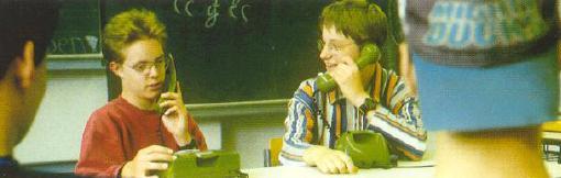 Foto: Kinder telefonieren miteinander