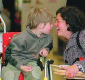Foto: Körperbehindertes Kind im Rollstuhl
