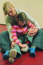 Foto: Körperbehindertes Kind beim Selbständigkeitstraining