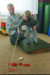 Foto: Körperbehinderter Schüler mit Erogtherapeut