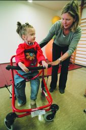 Foto: Körperbehinderte Schülerin mit Lauflernhilfe