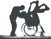 Person im Rollstuhl mit Begleitperson