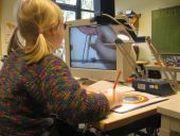 Foto: Sehbehinderte Schülerin arbeitet an einem Bildschirmlesegerät