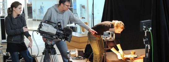 Dieses Bild zeigt das Kamerateam des LWL-Medienzentrums für Westfalen bei Dreharbeiten im Römermuseum Haltern