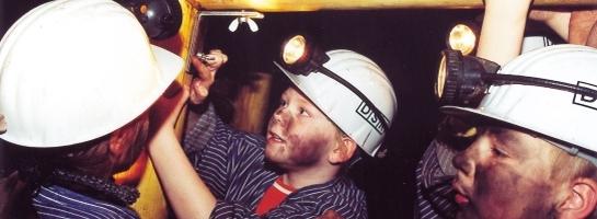 Dieses Bild zeigt Schulkinder an einem außerschulischen Lernort im Besucherbergwerk