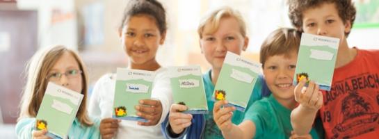 Dieses Bild zeigt Schulkinder mit dem Medienpass NRW