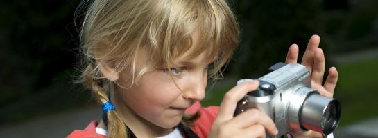 """Dieses Bild zeigt ein Schulkind mit einer Digitalkamera bei dem Projekt """"Schule des Sehens"""""""