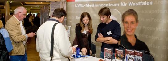 """Dieses Bild zeigt den Messestand des LWL-Medienzentrums für Westfalen bei dem Kongress """"Medien.nutzen – Leben und Lernen mit Medien"""""""