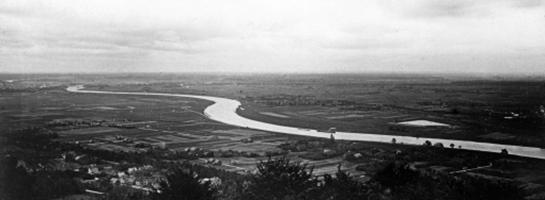 Das Bild zeigt den Blick vom Kaiser-Wilhelm-Denkmal über die Weser und das Mindener Land. Eine Fotografie von 1922