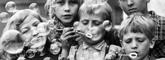 """Das Bild ist eine Fotografie von 1968: Kinder mit """"Pustefix"""""""