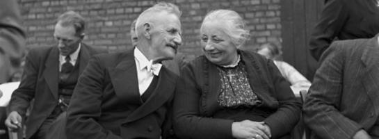Das Bild zeigt ein Ehepaar auf einer Grünen Hochzeit, 1954