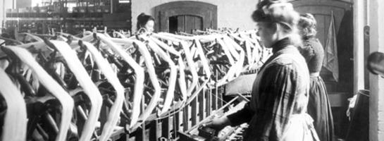 Das Bild zeigt Frauen bei der Arbeit in einer Weberei