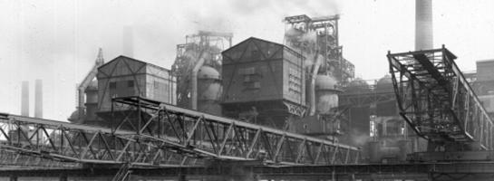 Das Bild zeigt Hochöfen und Förderanlagen der Vereinigten Stahlwerke AG in Dortmund