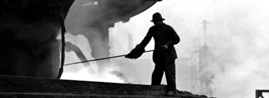 Das Bild zeigt einen Stahlwerker am Hochofen bei der Arbeit