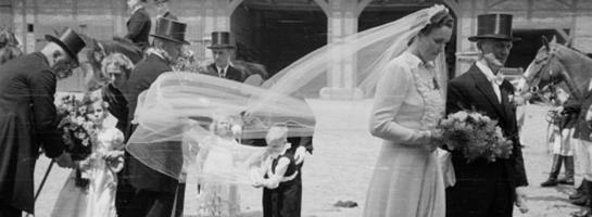 Das Bild zeigt die Ankunft eines frisch getrauten Paares auf Hof Allendorf in Nottuln, Ende 1940er Jahre