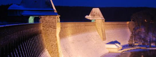 Das Bild zeigt die Staumauer der Möhnetalsperre bei abendlicher Stimmung