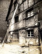 Einsturzgefährdetes Fachwerkhaus, noch bewohnt