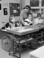 Behindertenwerkstatt: Kriegsblinder an einer Kartonheftmaschine