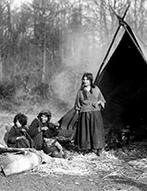 Sintifamilie vor ihrem Zelt (bei Borghorst), ca.1930
