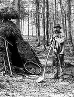 Köhler vor seiner Köhlerhütte